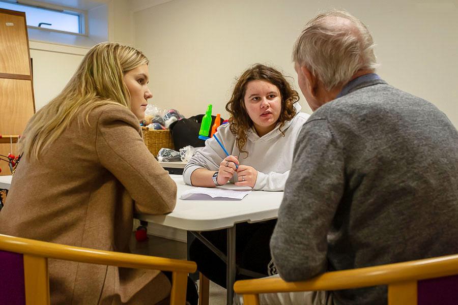 Elever fra Omsorg og Sundhed interviewer plejehjemsbeboer